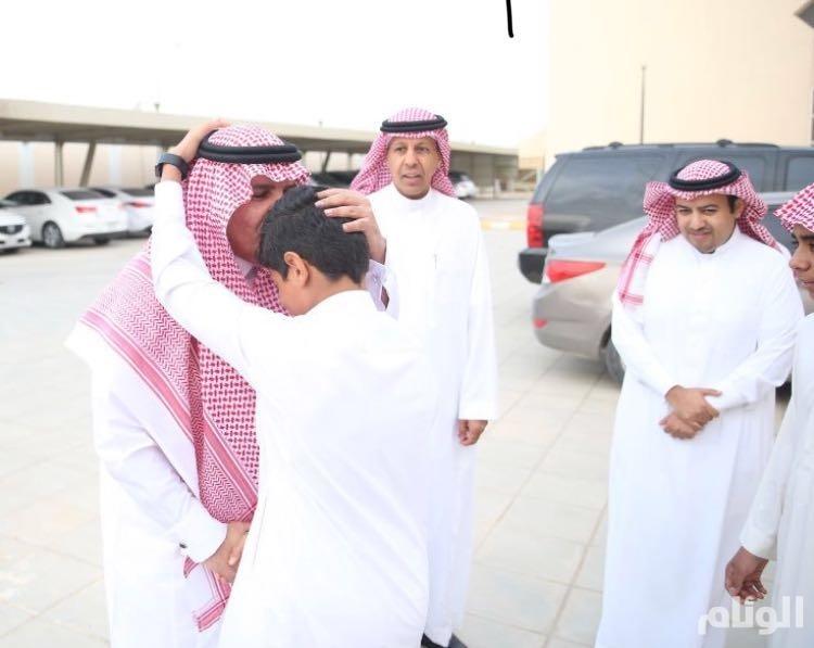 بالصور: مدير تعليم الرياض يقبل رأس طالب