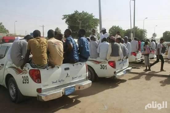 في السودان.. أزمة بنزين تدفع الشرطة لنقل المواطنين بسياراتهم