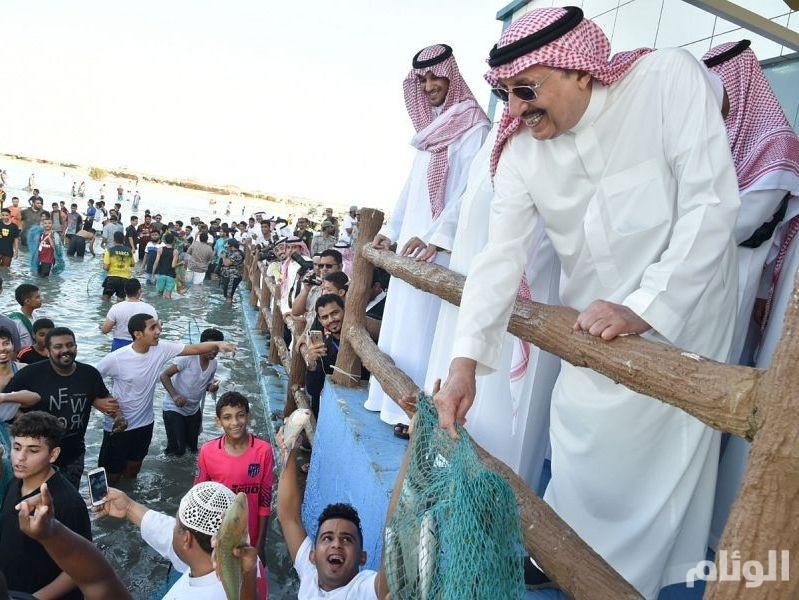بالصور: أمير جازان يشارك أهالي فرسان صيد سمك الحريد