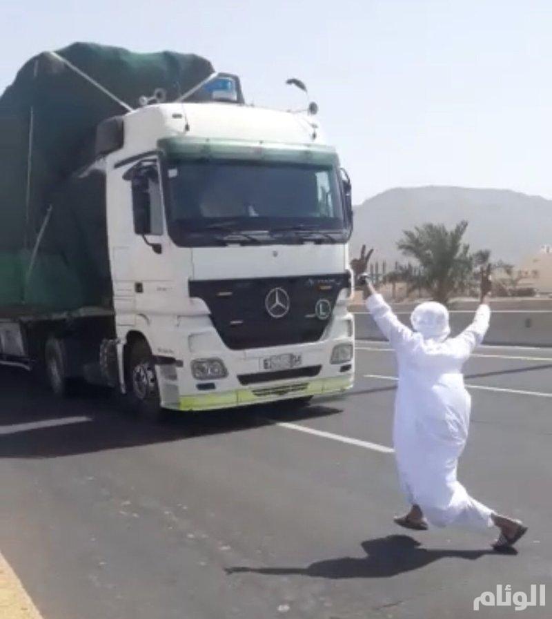 القبض على شاب قفز أمام شاحنة في طريق عام بالمدينة