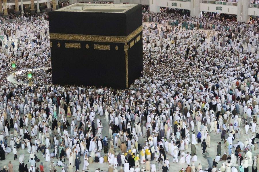 جموع المصلين بالمسجد الحرام يؤدون صلاة أول تراويح في الشهر الفضيل