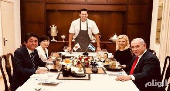 شاهد .. نتنياهو يقدم العشاء لرئيس وزراء اليابان في أطباق من الأحذية