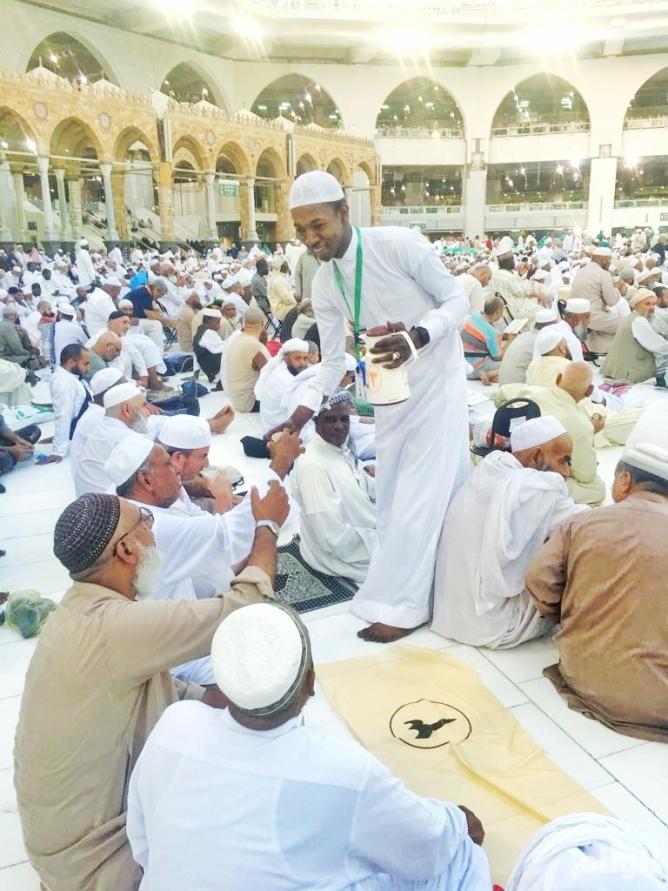 أوقاف صالح الراجحي تشرع بتنفيذ برنامج إفطار الصائمين