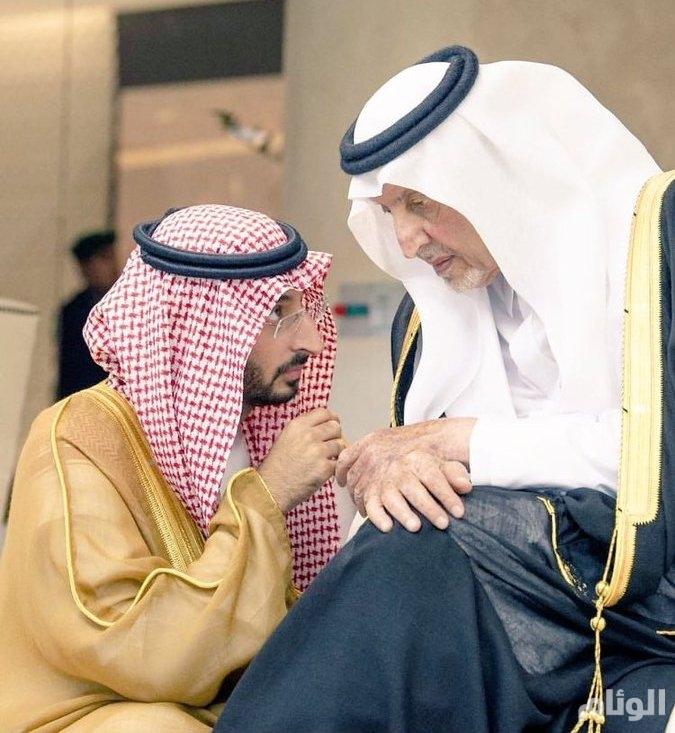 صورة لخالد الفيصل ونائبه ومغردون.. تواضع الكبار للكبار