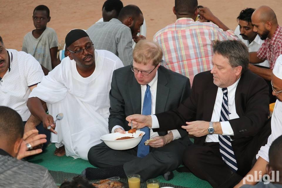 أكلة سودانية تثير اهتمام السفير الأمريكي بالسودان