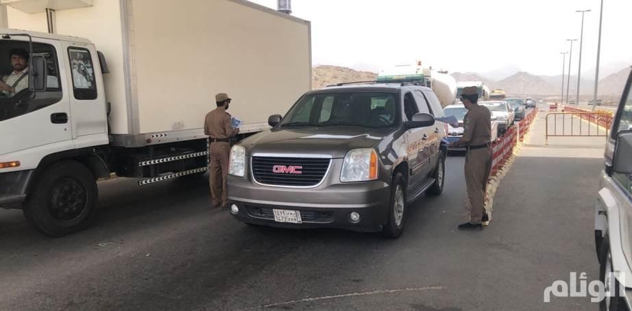 دوريات أمن الطرق بطريق السيل بالطائف تكثف جهودها لخدمة للمعتمرين