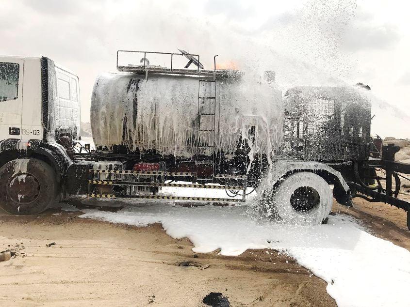 بالصور: حريق في ناقلة محملة بالزيت الثقيل بالمدينة