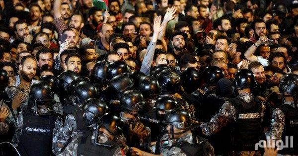 الأردن .. إصابات بين المحتجين و قوات الدرك قرب مقر رئاسة الحكومة في العاصمة عمّان