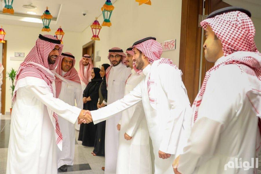 الأمير بدر الفرحان يتفقد هيئة الثقافة ويلتقي بمنسوبيها