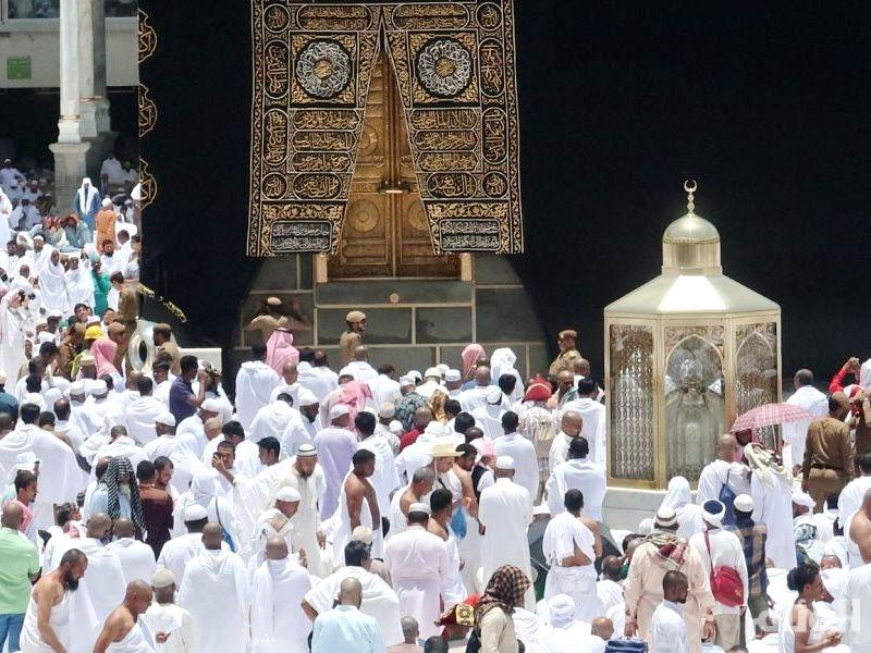 قاصدو بيت الله الحرام يؤدون صلاة الجمعة