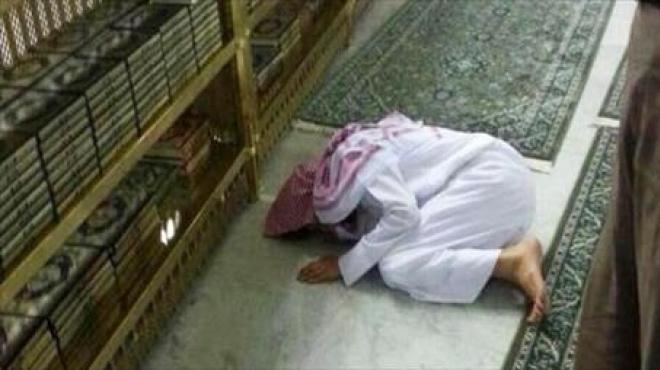 وفاء حتى في الموت.. امرأة تلحق بزوجها على سجادة الصلاة