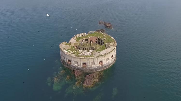 بسعر زهيد .. قلعة بحرية للبيع تحمل سرا غريبا