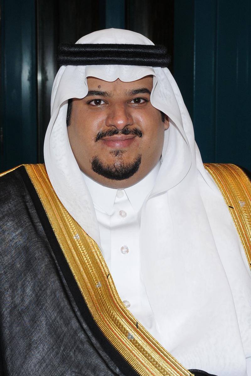 أمير الرياض بالنيابة يؤدي صلاة الميت على والدة الأمير جلوي بن مساعد