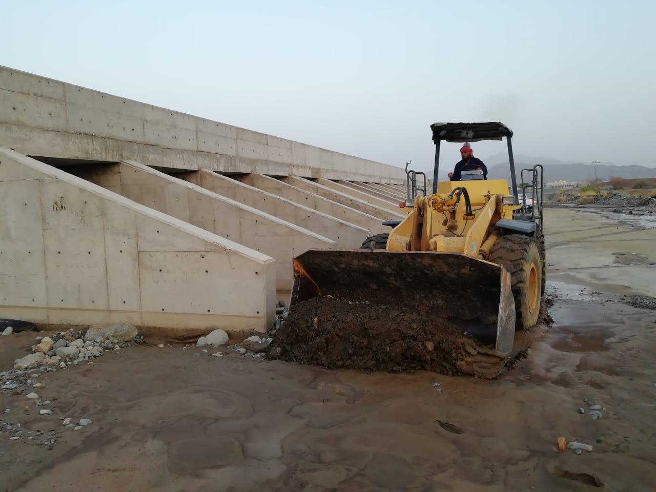 أمانة الباحة تعالج ٤٢ موقعاً ضمن خطة رفع مخلفات الأمطار والسيول