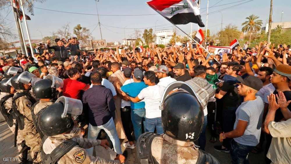 العراق.. محتجون يحرقون مقار أحزاب سياسية في أحداث عنف