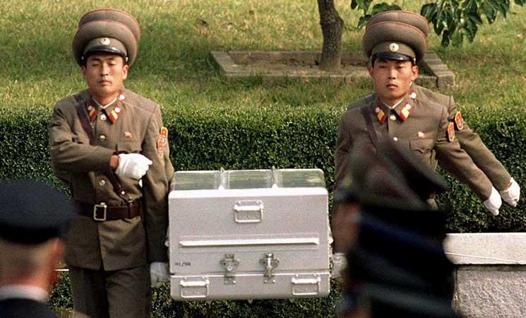 """كوريا الشمالية تسلّم الولايات المتحدة رفات جنود أميركيين في """"عملية معقدة"""""""