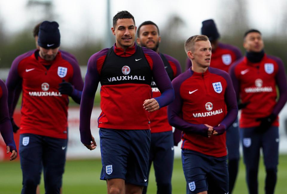 نجوم إنجلترا يستعدون لكرواتيا بدجاجة مطاطية