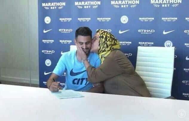 """في لفتة جميلة .. رياض محرز يصطحب والدته أثناء توقيعه لـ """"مانشستر سيتي"""""""