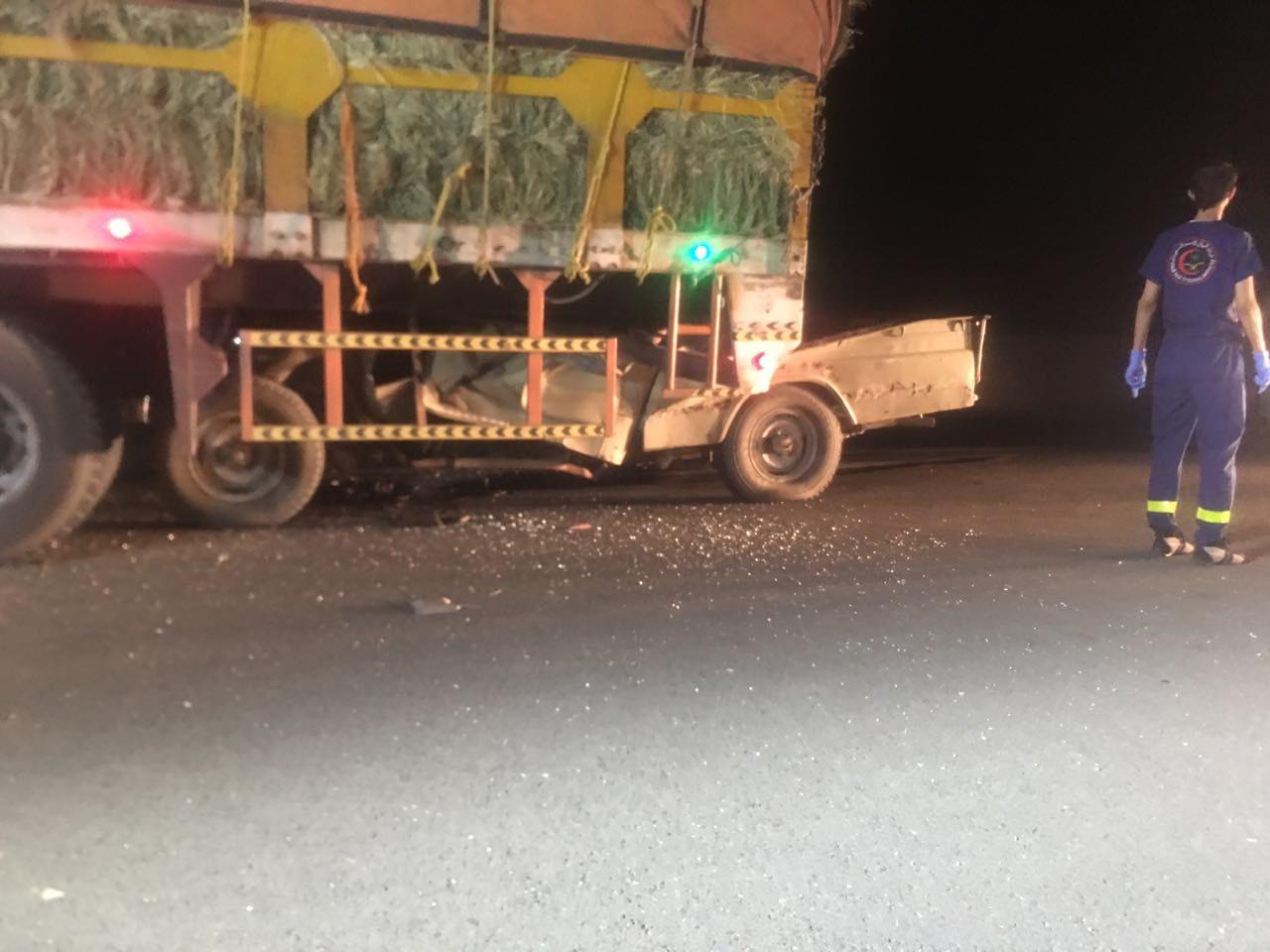 شاهد .. مصرع شخص إثر اصطدام سيارته بشاحنة في الباحة