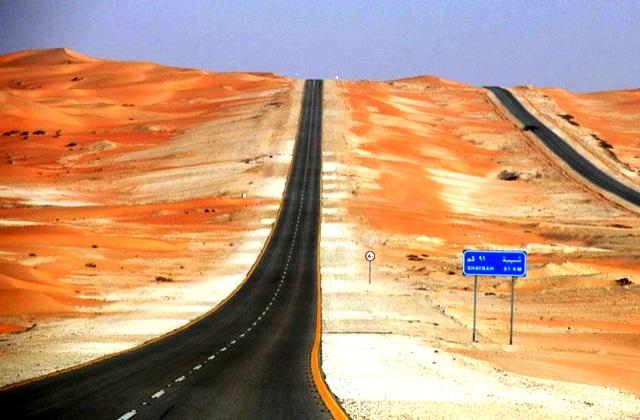 طريق يخترق الربع الخالي الأكبر في العالم