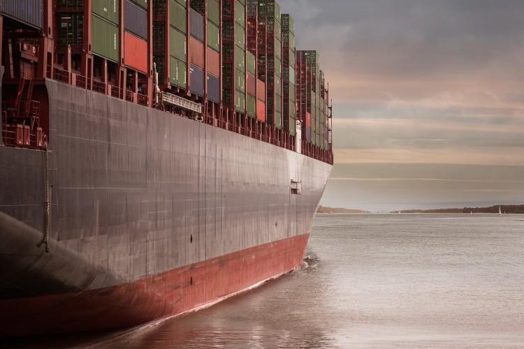 ثالث أكبر شركة لخدمات النقل البحري في العالم تقرر وقف عملياتها في إيران
