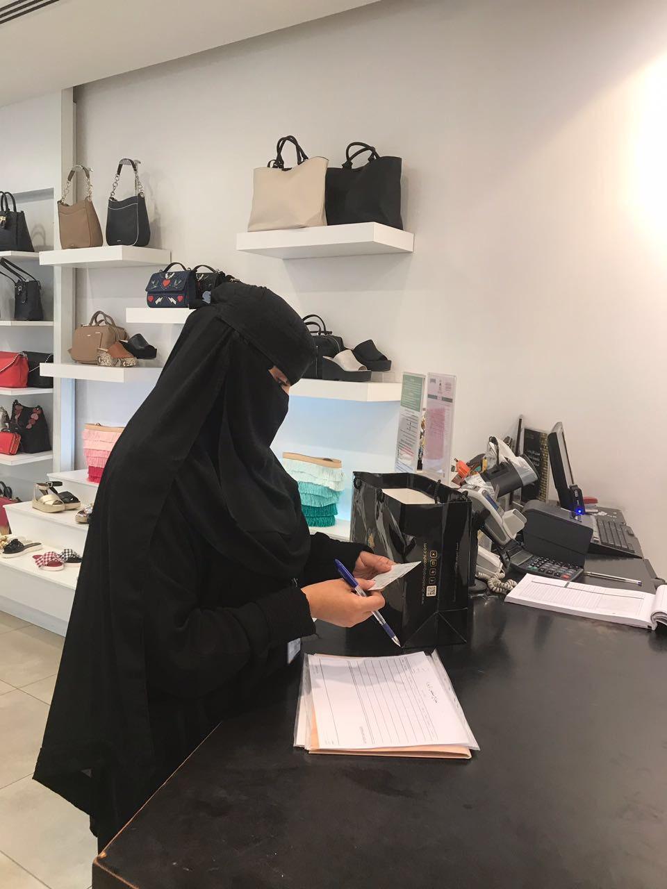 """بالصور .. مفتشات عمل الرياض يحررن """"334"""" مخالفة وينذرن 443 منشأة"""