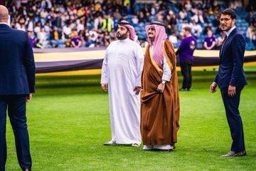 شاهد ..آل الشيخ وسفير المملكة في بريطانيا أثناء السلام الملكي في السوبرالسعودي
