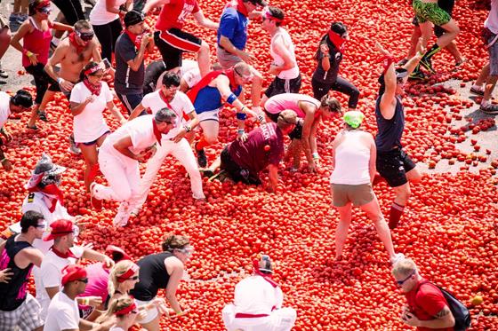 شاهد .. بـ 145 طنا .. حرب الطماطم تندلع في إسبانيا