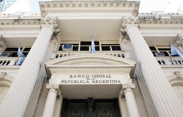 مع انهيار العملة .. البنك المركزي في الأرجنتين يرفع سعر الفائدة إلى 60%