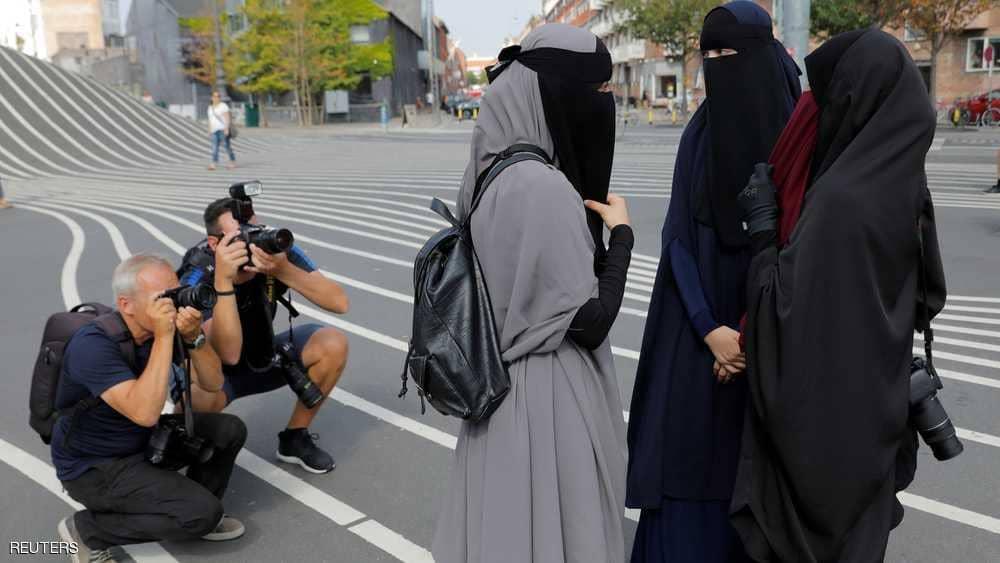 """تلاسن و """"معارك لفظية"""" مع بدء حظر النقاب في الدنمارك"""
