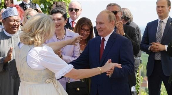 غضب لـ«إنحناءة» وزيرة خارجية النمسا لبوتين