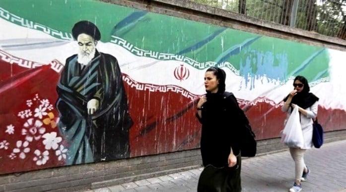 """تقرير حقوقي يفضح إيران: افرجوا عن """"نساء الملاعب"""""""