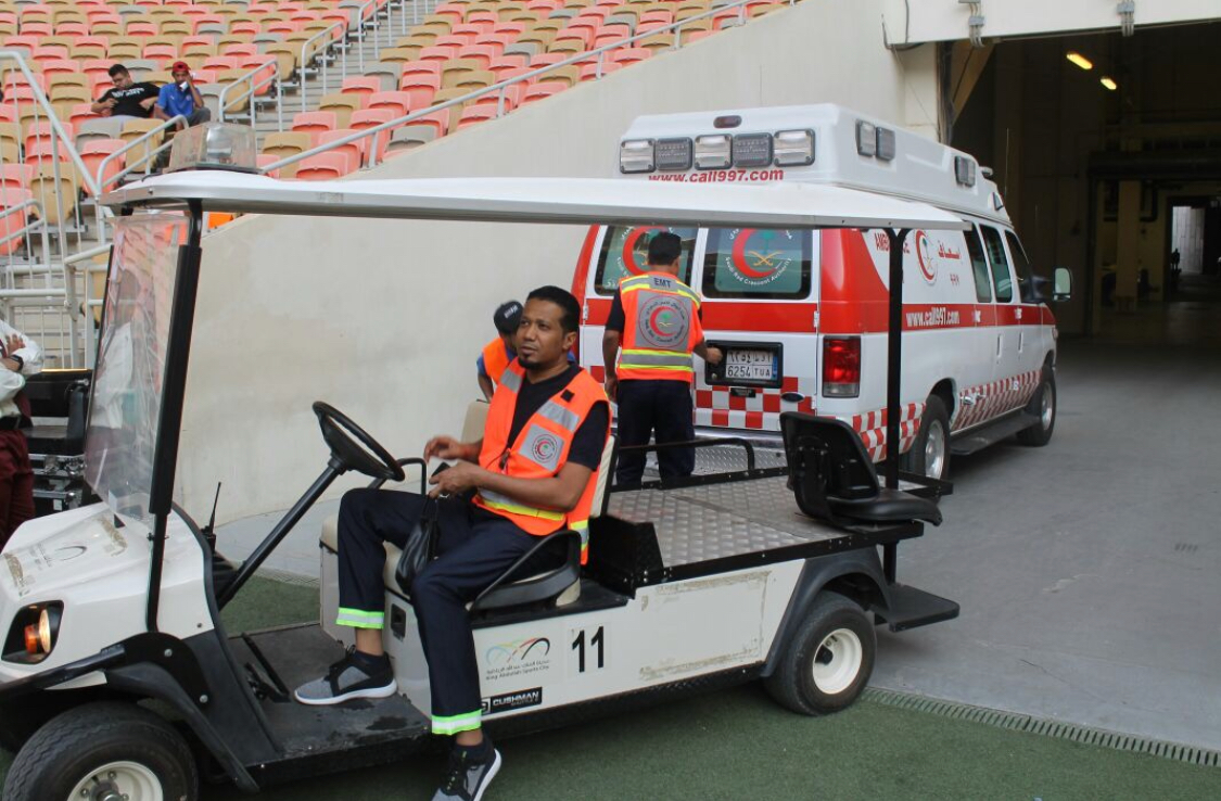 بالصور.. الهلال الأحمر يسعف حالات في مباراة الاتحادوالوصل
