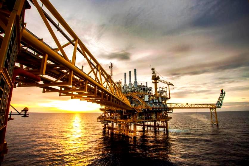 النفط يتراجع إلى 77 دولاراً للبرميل