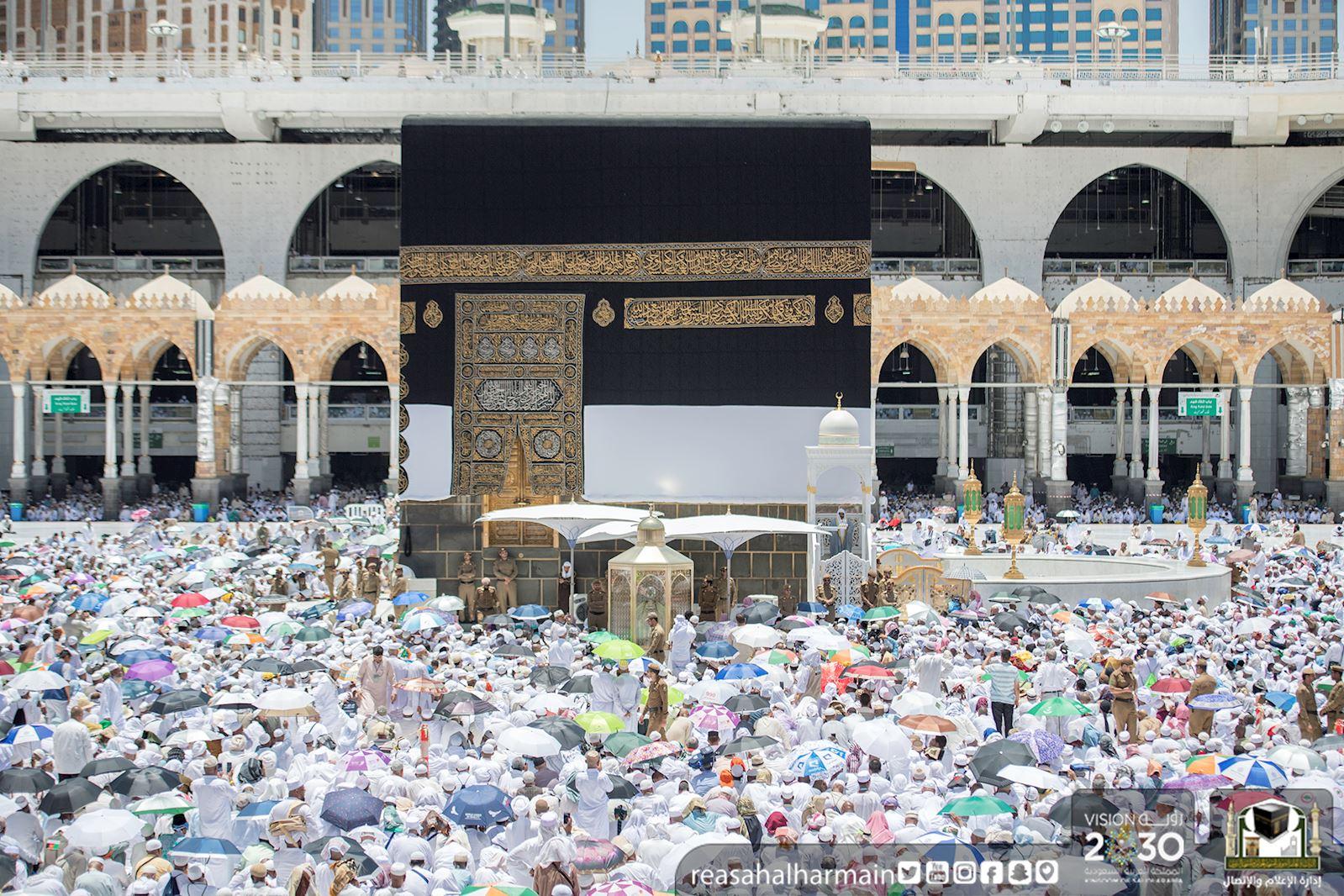 خطيب المسجد الحرام: تعظيم الله شرط أساسي لاستقامة الدين (صور)