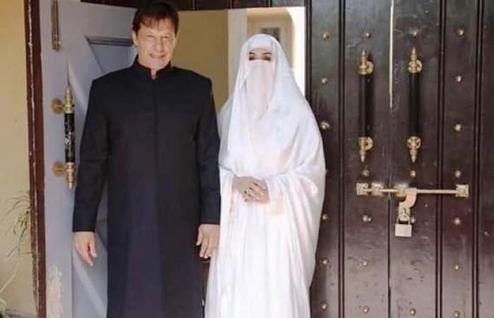 «بشرى بي بي» تخطف الأضواء من رئيس وزراء باكستان