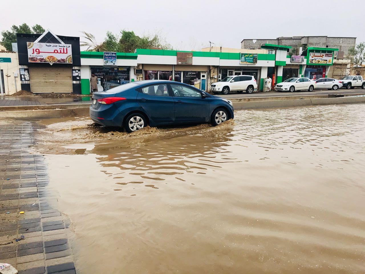 شاهد .. الأمطار تكشف سوء تنفيذ المشاريع البلدية في أحد المسارحة