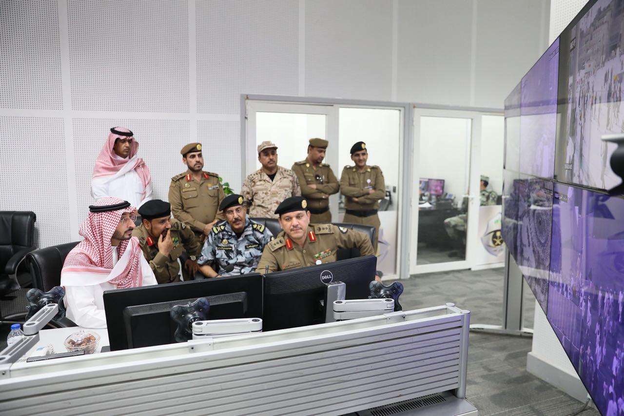 بالصور.. نائب أمير مكة من داخل غرفة العمليات بالمسجد الحرام