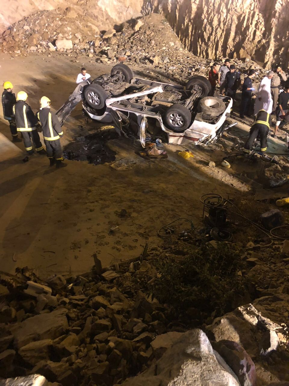 """بالصور """" 5″ إصابات من عائلة واحدة في حادث انقلاب بالباحة"""