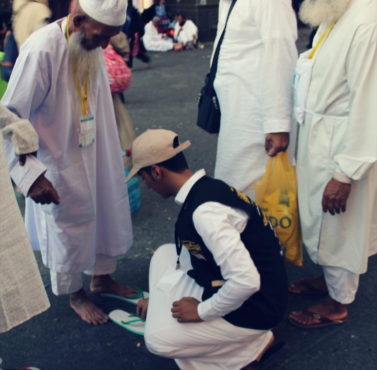 شباب مكة يوفرون أحذية بلاستيكية ويقدمونها للحجاج