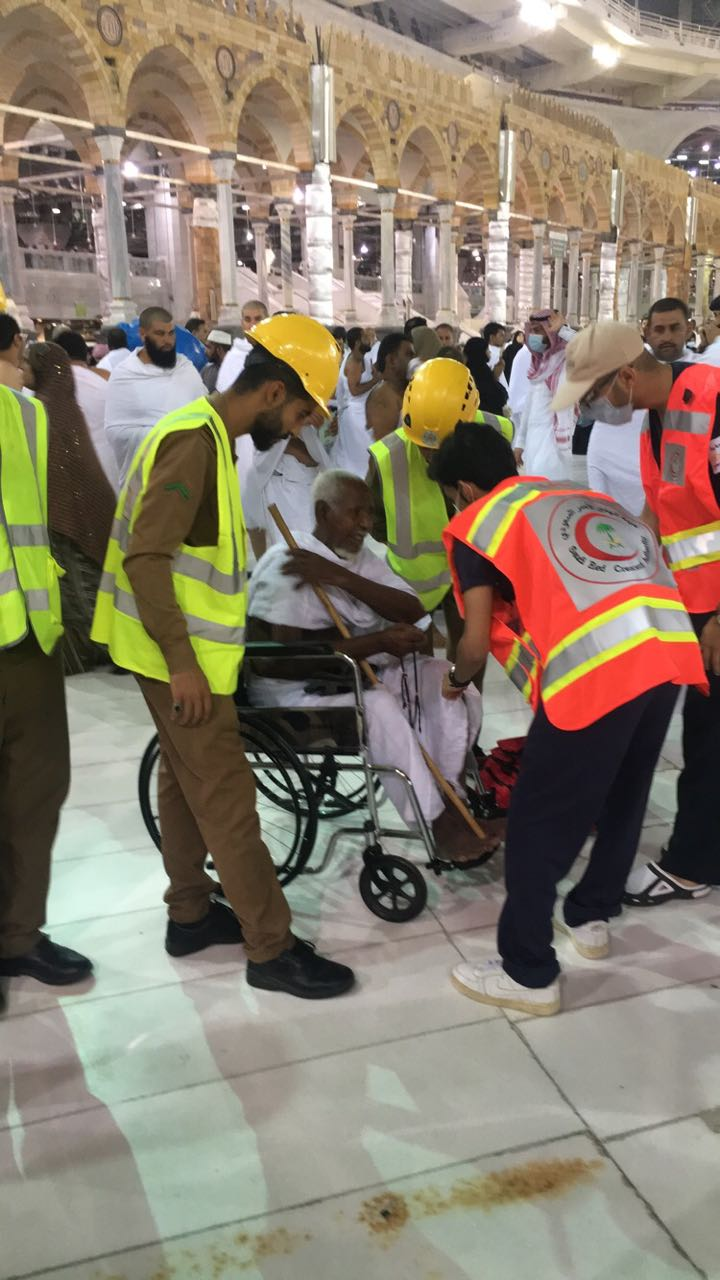 العناية الإلهية تنقذ حاجا إفريقيا توقف قلبه بعد إسعافه من فرق الهلال الأحمر
