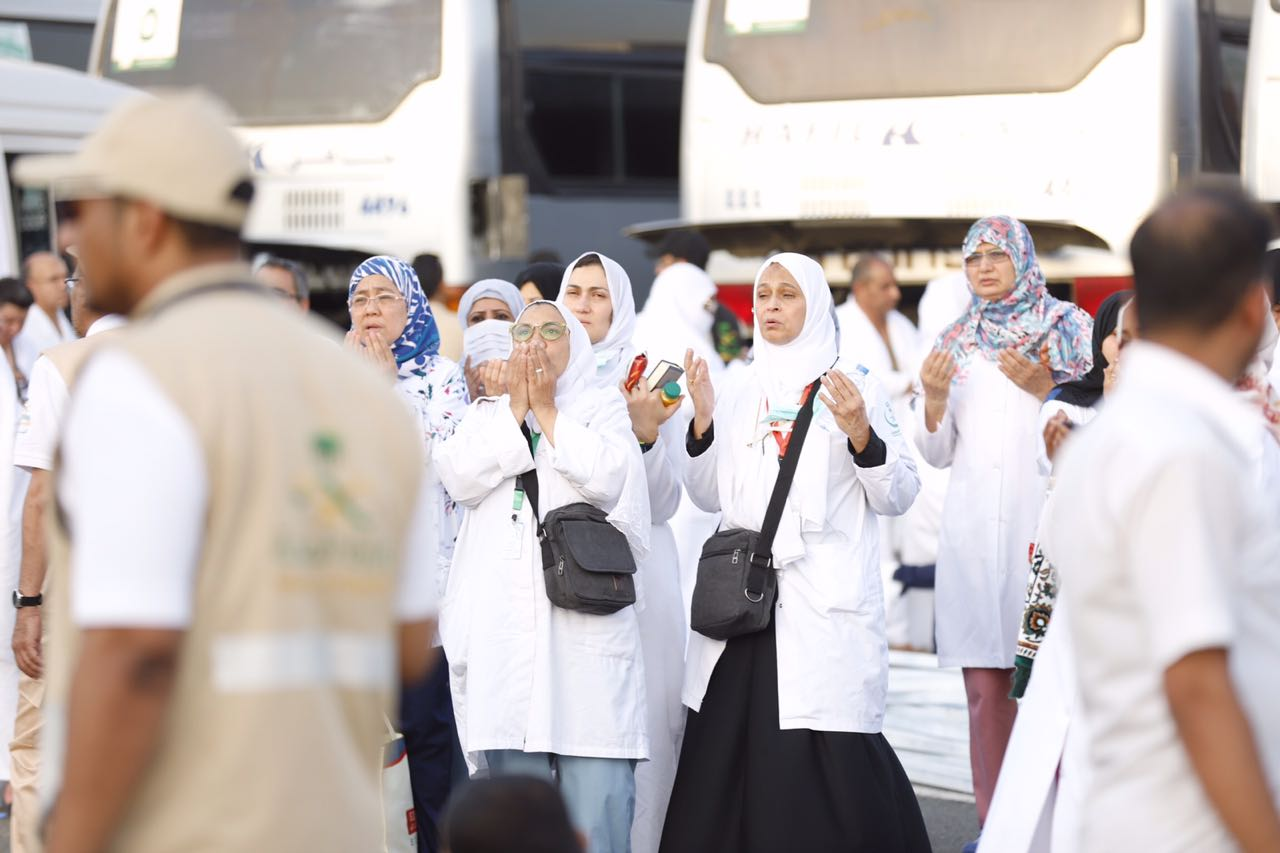 صور: طبيبات الصحة في الحج يرفعن أكف الضراعة