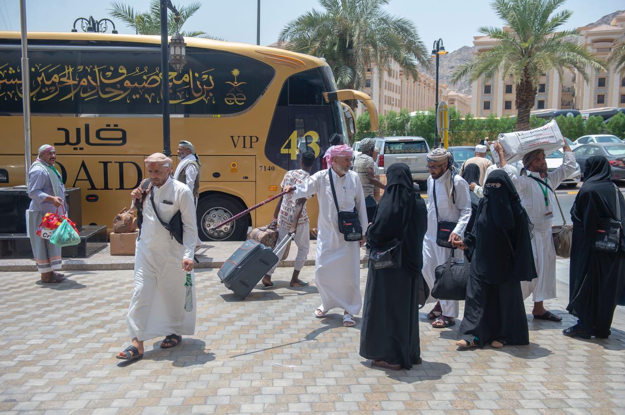 بالصور.. حجاج اليمن والسودان من ذوي الشهداء يودعون مكة بالدموع