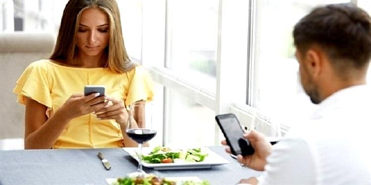 إحذر استخدام الجوال أثناء تناول الطعام!