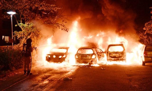 شبان يضرمون النيران في عشرات السيارات بالسويد