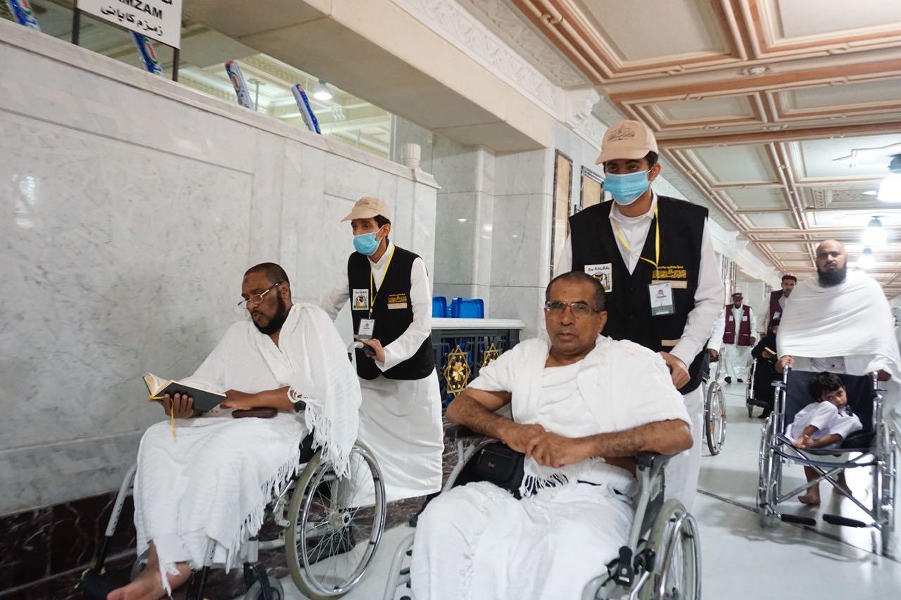 شباب مكة يقومون بتطويف وتسعية الحجاج العاجزين مجاناً