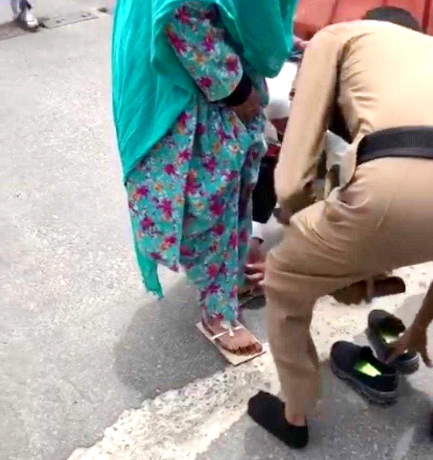 رجل أمن قدّم حذاءه لحاجة باكستانية