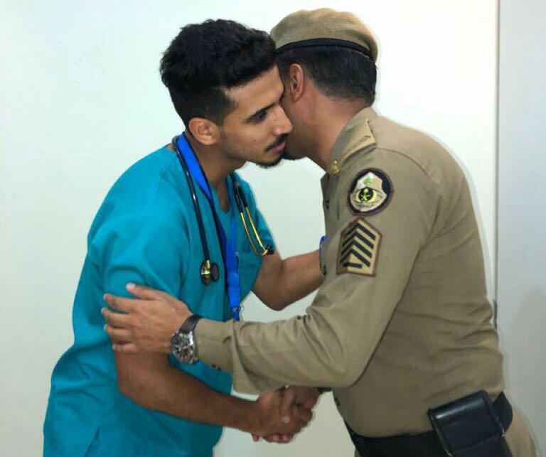شاهد .. رجل أمن يهنئ ابنه الطبيب بعد انتهاء مشاركتهما في خدمة ضيوف الرحمن بنجاح