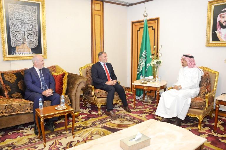 وزير الحج يلتقي القنصل البريطاني وسفيري باكستان وأذربيجان