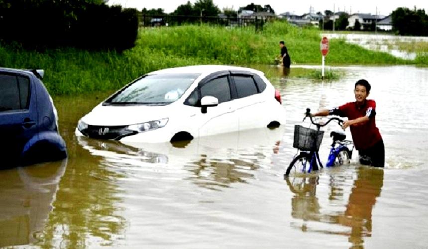 إجلاء آلاف الأشخاص بسبب فيضانات وانهيارات باليابان